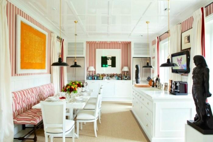 Вертикальные полосы на обоях в кухне