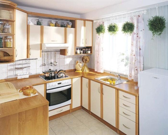 Раковина возле окна в маленькой кухне
