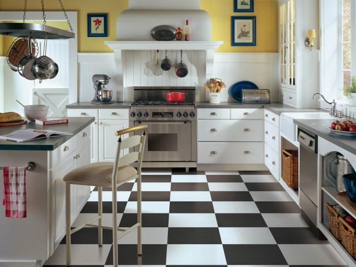 Пол на кухне, выложенный из черной и белой плитке в шахматном порядке