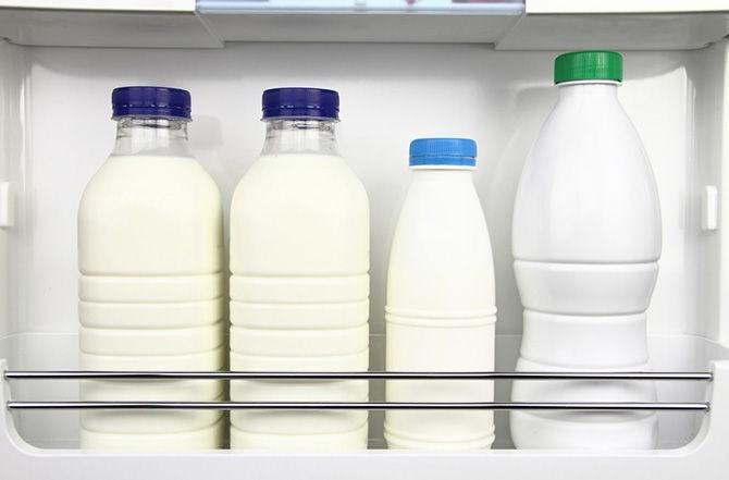 Молоко в холодильнике