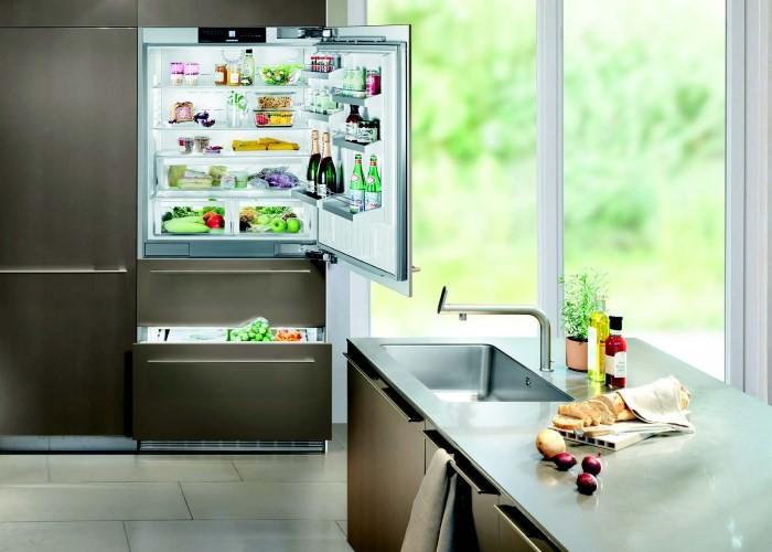 Бытовой холодильник на кухне