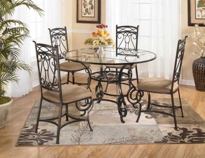 Кованые стулья с кожаной обивкой и стеклянный стол