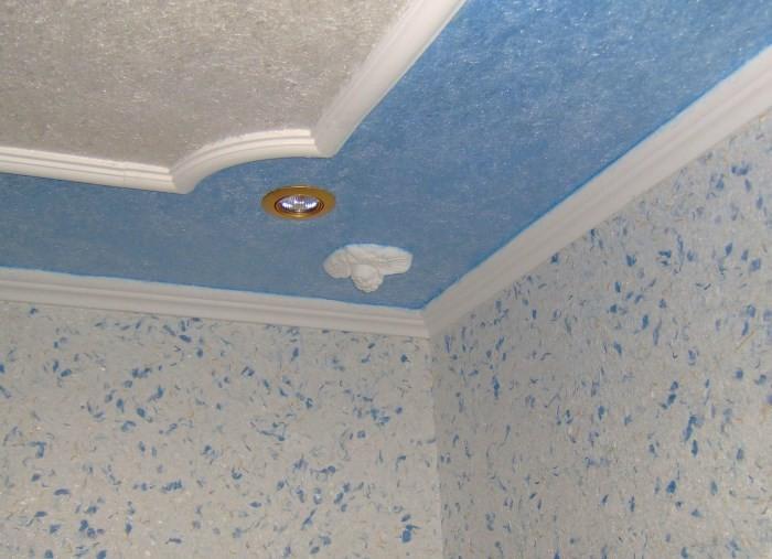Потолок из обоев