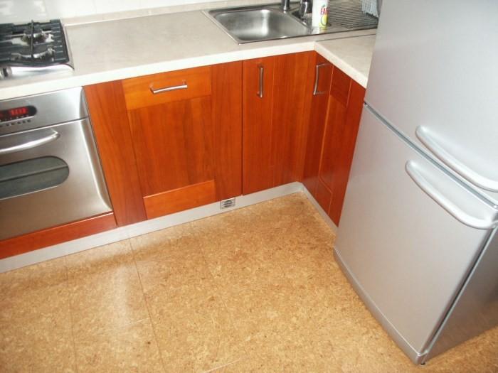 Пробковое покрытие пола на кухне
