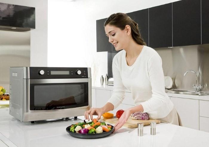 Микроволновая печь и девушка на кухне