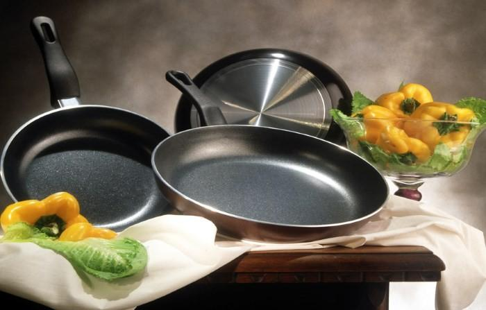 Чистые сковороды и овощи
