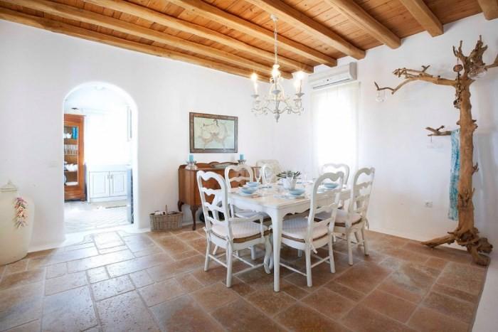 Обеденная зона на кухне в греческом стиле