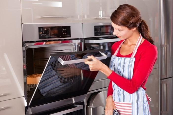 Хозяйка готовит еду