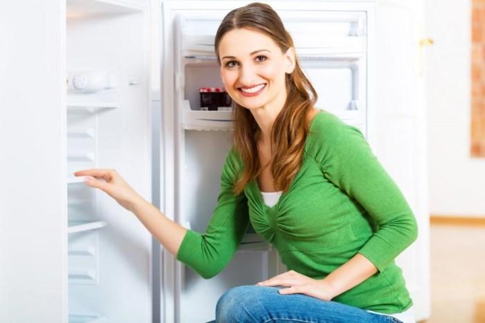 Хозяйка возле холодильника