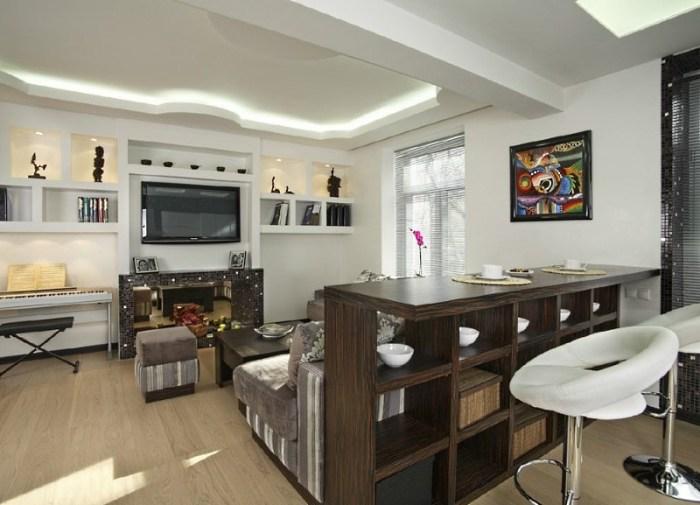 Кухня студия с деревянной барной стойкой