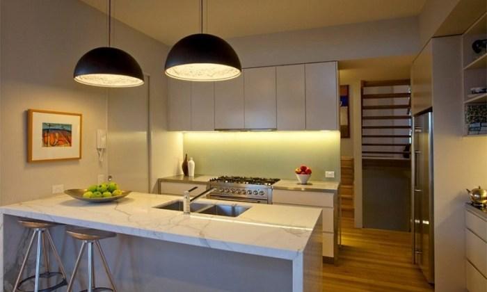 Две потолочных люстры на кухне