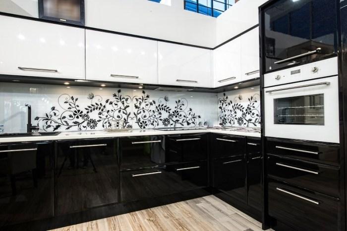 кухня модерн черно белая