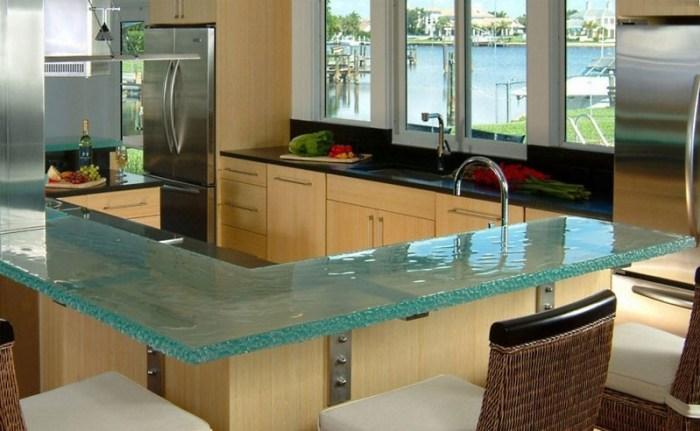 стеклянная барная стойка на бежевой кухне