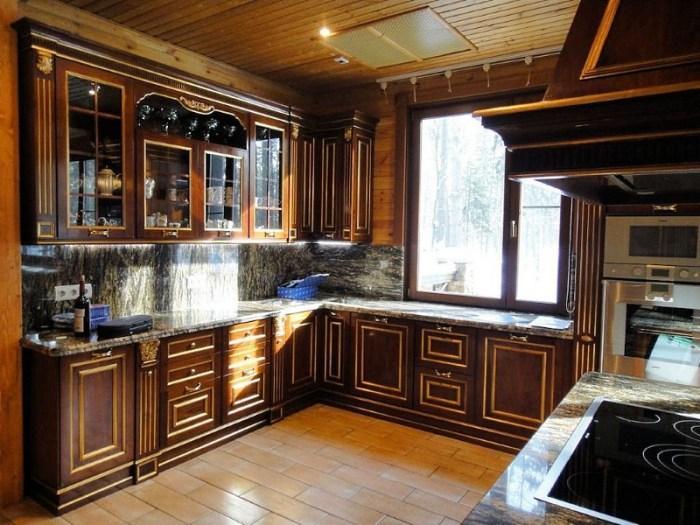 элитная кухня из массива с каменными столешницами