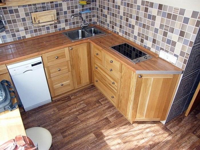 небольшая встроенная кухня из массива дерева