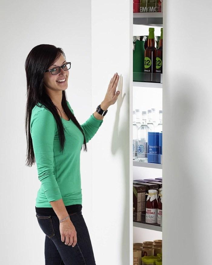 девушка открывает шкаф пенал