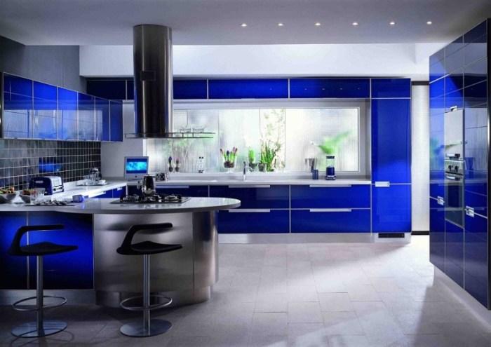 Синий гарнитур на кухне и черный цвет