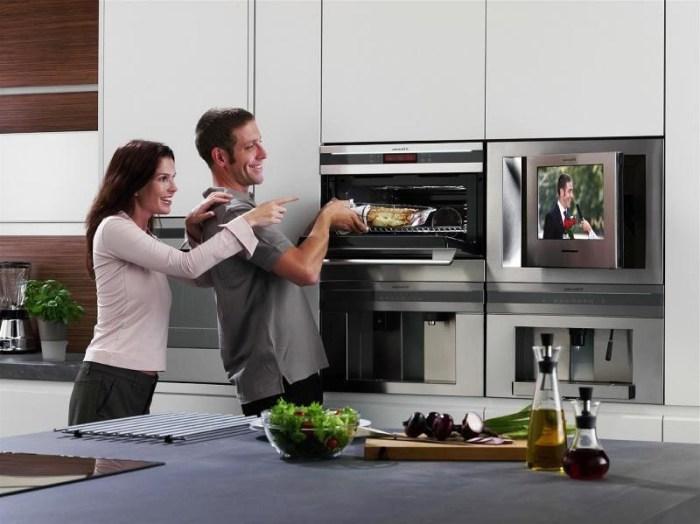 Стойка с техникой на кухне