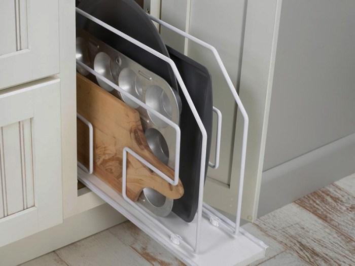 Хранение противней на кухне