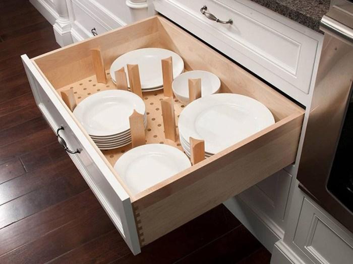 Хранение тарелок в выдвижных ящиках