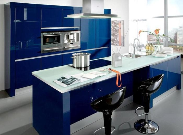 Глянцевые фасады, хайтек на синей кухне