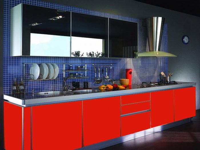 Синие стены красные фасады на кухне
