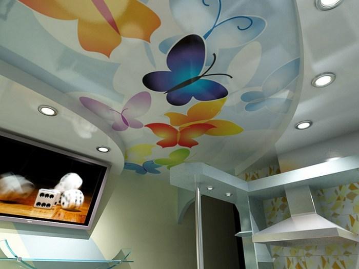 Изображение бабочек на кухонном натяжном потолке