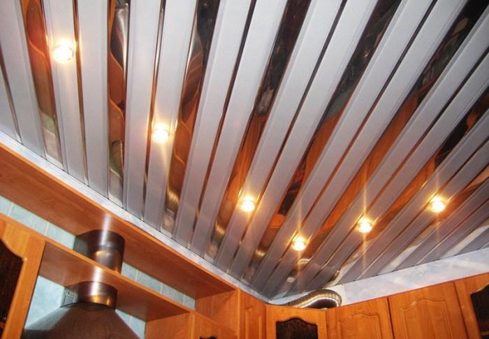 Реечный потолок из металла на кухне