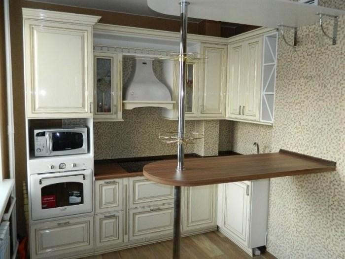 Барная стойка на кухне с пустующим местом под ней местом под холодильник