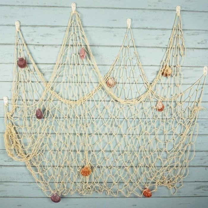 Рыболовная декоративная сеть с ракушками на стене