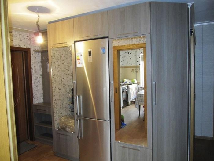 Платяной шкаф в коридоре со встроенным холодильником