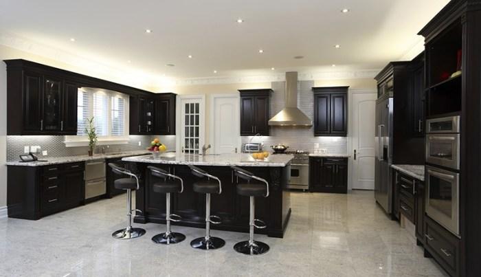 П-образный гарнитур с кухонным островом