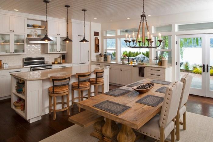 Кухня в пиратском стиле с грубым столом, стулья в заклепках