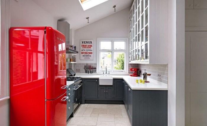 Холодильник на кухне без дверей сразу при входе