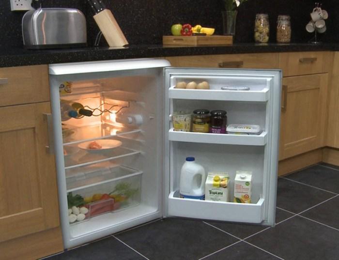 Холодильник на маленькой кухне под столешницей