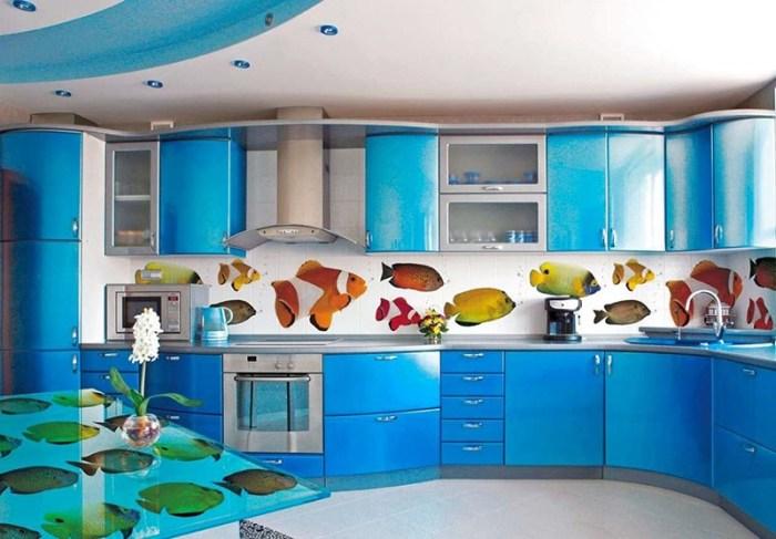 Потолок из гипсокартона на сине-белой кухне в морском стиле