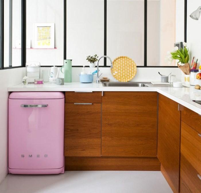Розовый мини-холодильник в ретро-стиле под столешницей