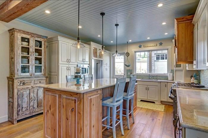Состаренная мебель на кухне: шкаф и стулья