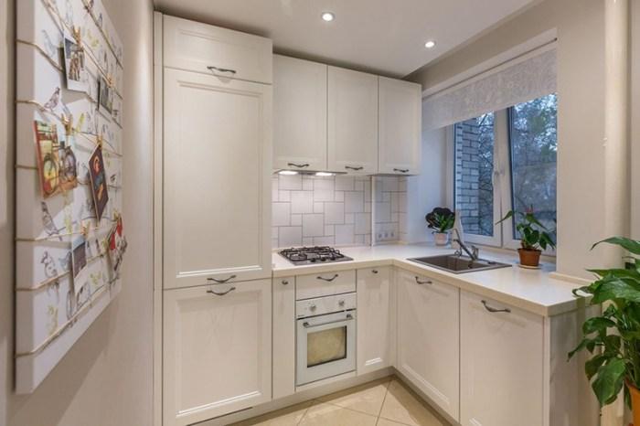 Встроенный холодильник на маленькой кухне скрыт фасадами гарнитура