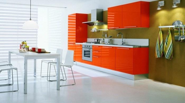 Белая кухня, оранжевый гарнитур, горчичная стена