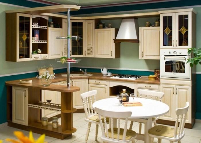 Угловая кухня с барной стойкой и светлыми фасадами из березы
