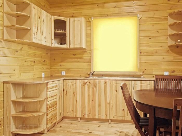 Мебель из светлой древесины на маленькой кухне