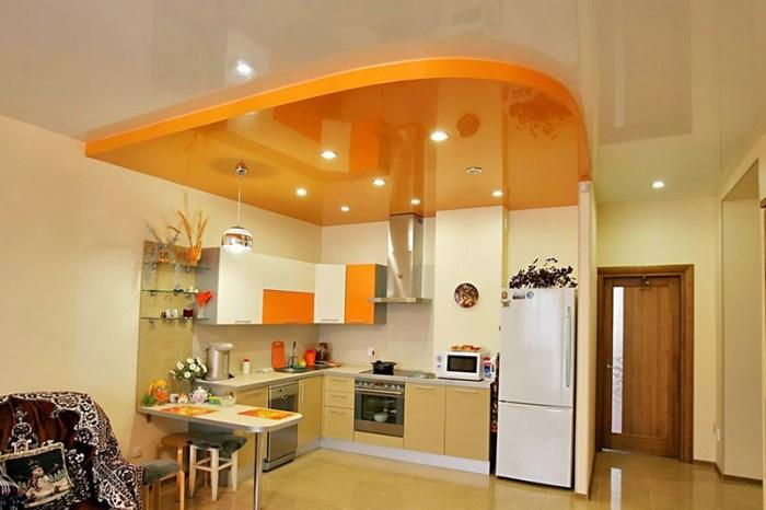 Оранжевый потолок на просторной кухне-студии