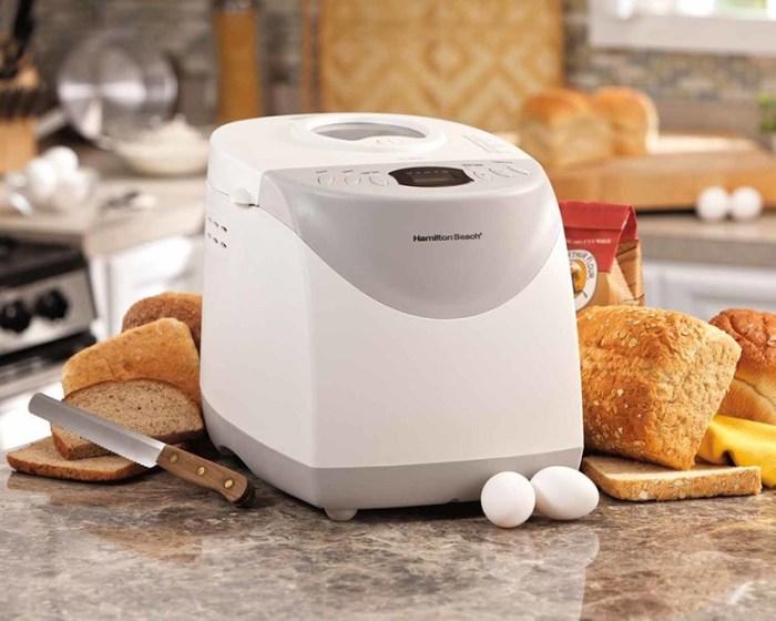 На столе хлебопечь с пластиковым серо-белым корпусом