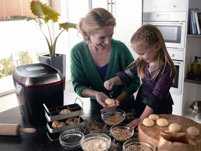 Мама и дочь готовят булочки для запекания в хлебопечке