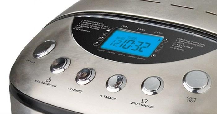Вид панели хлебопечки с большими кнопками и дисплеем