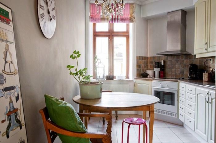 Круглый деревянный стол на небольшой кухне