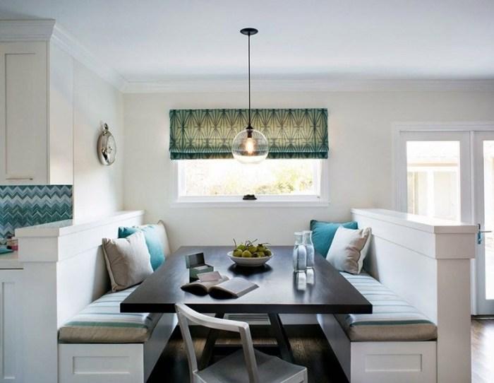 Обеденный стол с диванчиками за перегородками