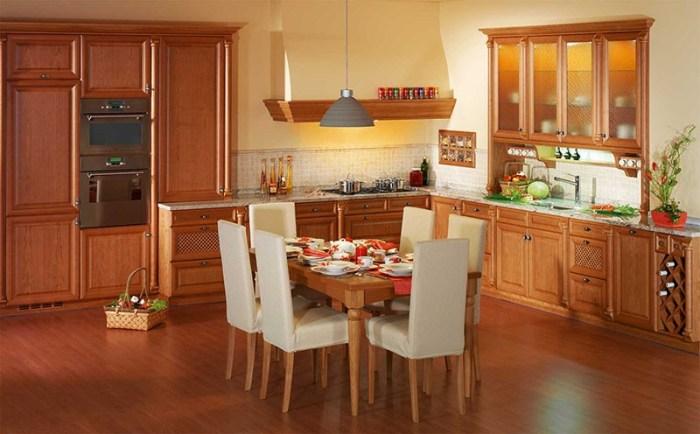Просторная кухня-студия с обеденным столом по центру