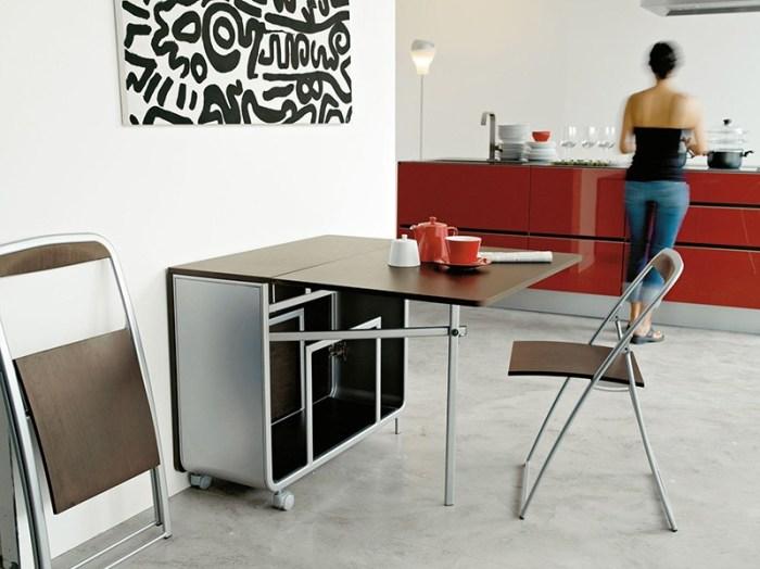Складные стулья и стол-книжка на кухне